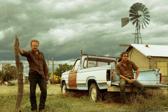 Photo de Chris Pine et Ben Foster observant le paysage texan dans un ranch dans le film Comancheria de David Mackenzie.