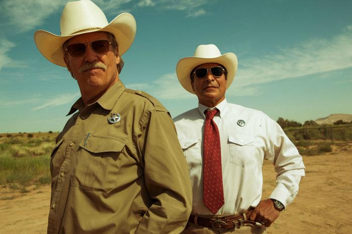 Photo de Jeff Bridges et Gil Birmingham qui semblent observer une scène de crime dans le film Comancheria de David Mackenzie.