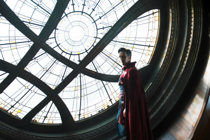 Photo de Benedict Cumberbatch dans le film Doctor Strange de Scott Derrickson sur laquelle l'acteur se tient en tenue de super-héros dans un sanctuaire.