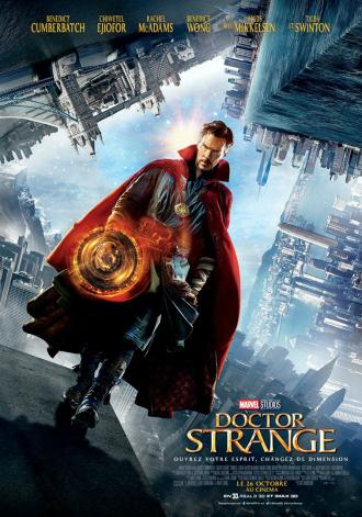 Affiche du film Doctor Strange sur laquelle Benedict Cumberbatch avance vers l'objectif dans un univers malléable dans lequel il semble utiliser ses pouvoirs.