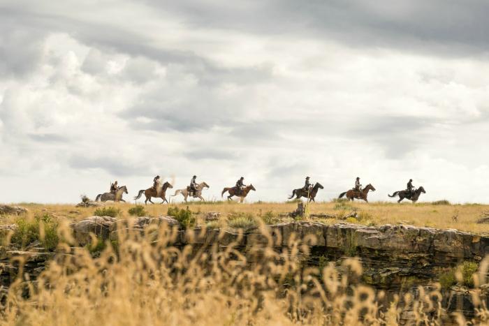 Photo des 7 Mercenaires d'Antoine Fuqua sur laquelle les héros se suivent à cheval dans les grands espaces.