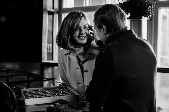 Photo d'Oona Airola face à Jarkko Lahti dans le film Olli Maki. Les deux sont à un comptoir, Olli touche le visage de Raija qui lui sourit.
