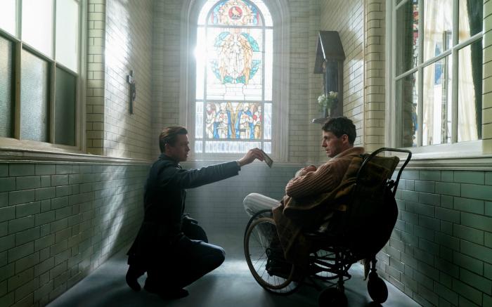Photo de Brad Pitt montrant une photo à Matthew Goode dans une chapelle dans le film Alliés de Robert Zemeckis.