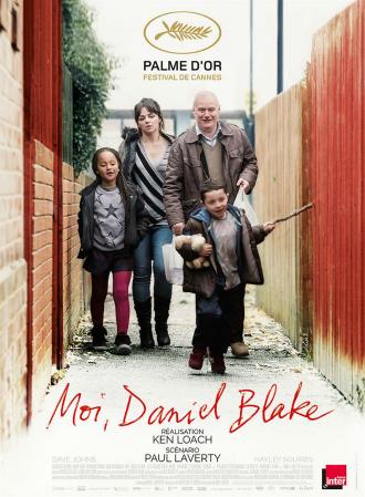 Affiche de Moi, Daniel Blake sur laquelle le héros marche dans une petite allée, accompagnée d'une amie et ses deux enfants.