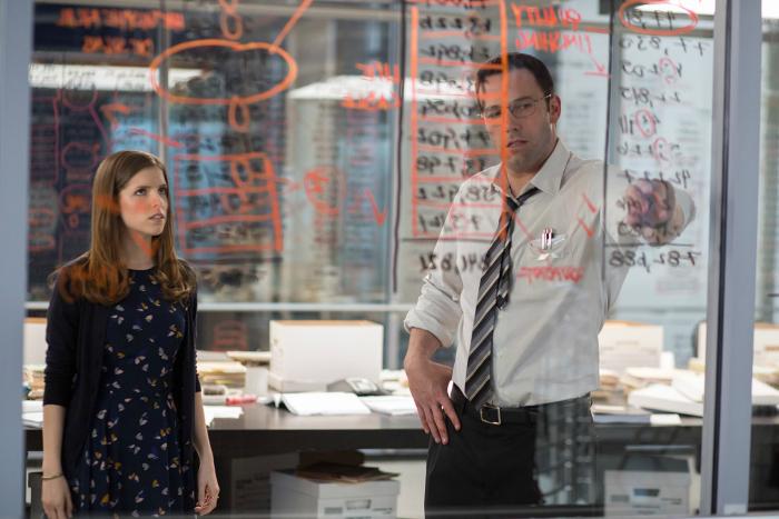 Photo d'Anna Kendrick et Ben Affleck observant des équations sur un mur vitré dans le film Mr Wolff de Gavin O'Connor.