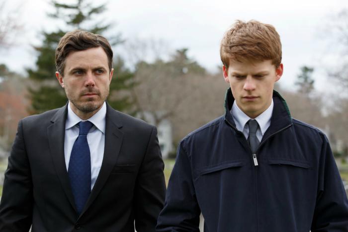 Photo de Casey Affleck et Lucas Hedges dans le film Manchester by the Sea de Kenneth Lonergan. Les deux personnages sont côte à côte à l'enterrement du personnage interprété par Kyle Chandler.