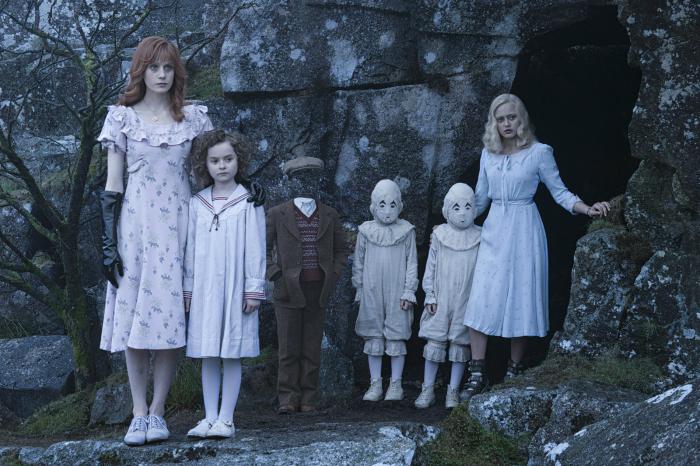 Photo tirée du film Miss Peregrine et les enfants particuliers de Tim Burton où l'on voit les enfants dotés de pouvoirs alignés sur une plage du Pays de Galles.