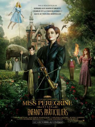 Affiche de Miss Peregrine et les enfants particuliers de Tim Burton sur laquelle Eva Green est au centre de l'affiche devant son manoir et les enfants dotés de pouvoirs qu'elle protège.