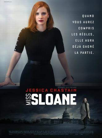 Affiche de Miss Sloane réalisé par John Madden sur laquelle Jessica Chastain se tient debout au tribunal avec un air déterminé.
