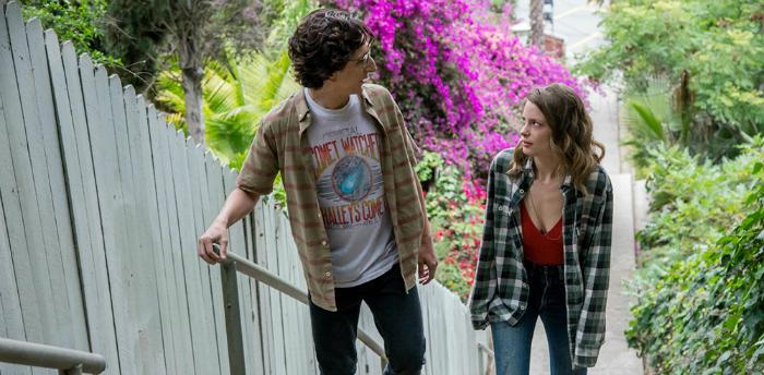 Photo de Paul Rust et Gillian Jacobs montant un escalier dans Los Angeles dans la série Netflix Love.