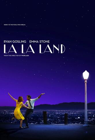 Affiche américaine de La La Land de Damien Chazelle sur laquelle Emma Stone et Ryan Gosling dansent dans les hauteurs de Los Angeles.