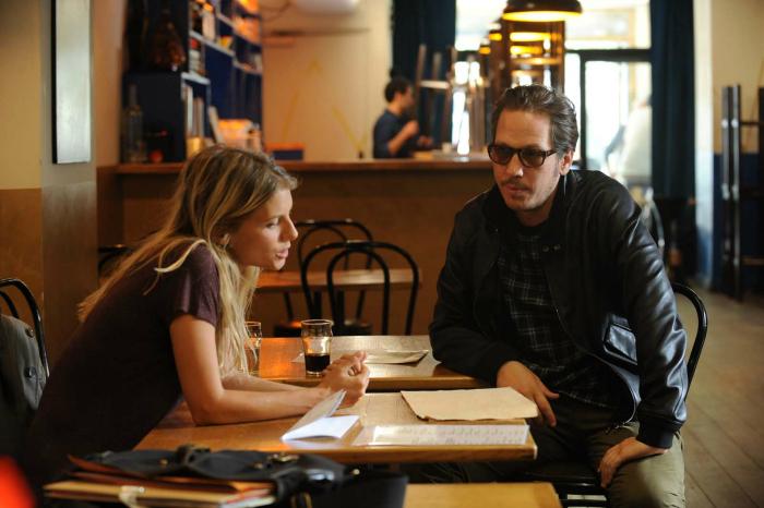 Photo de Reada Kateb et Mélanie Laurent discutant à la table d'un café de Pigalle dans le film Les Derniers Parisiens réalisé par Hamé et Ekoué.