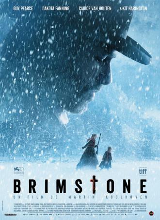 Affiche du film Brimstone réalisé par Martin Koolhoven sur laquelle Dakota Fanning avance dans une forêt enneigée avec une jeune fille. Elles paraissent effrayées. Le visage de Guy Pearce les surplombe et semble les observer à la manière d'un monstre.