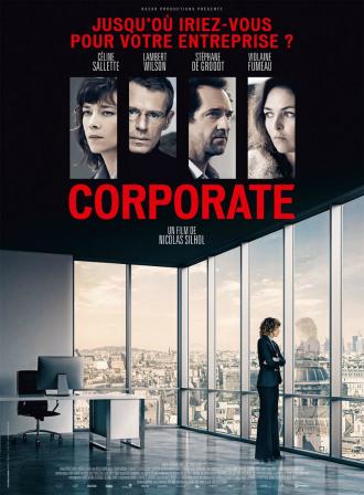 Affiche de Corporate de Nicolas Silhol sur laquelle Céline Sallette est dans un large bureau dans un building parisien. Les portraits des quatres personnages principaux sont visibles au dessus de la photographie principale.