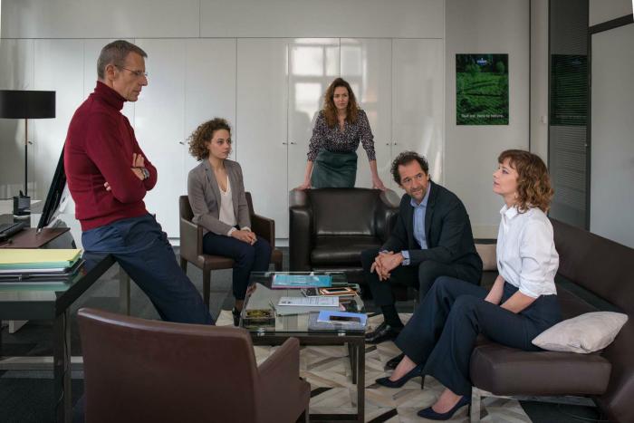 Photographie des personnages principaux de Corporate de Nicolas Silhol réunis dans une salle de réunion.