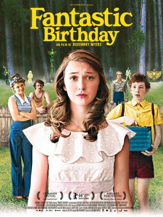 Affiche de Fantastic Birthday de Rosemary Myers sur laquelle l'héroïne est au centre devant une forêt, et l'on voit tous les personnages secondaires alignés au second plan. Des personnes costumées se trouvent à l'entrée de la forêt.