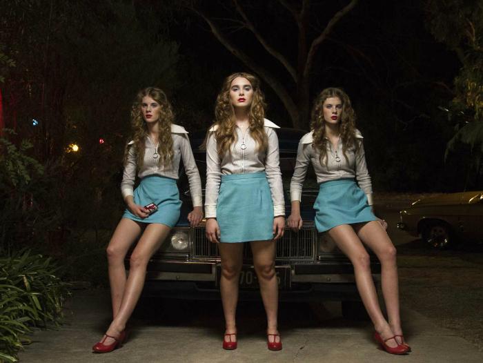 Photo du film Fantastic Birthday de Rosemary Myers sur laquelle les trois rivales de l'héroïne posent fièrement, adossées à leur voiture.