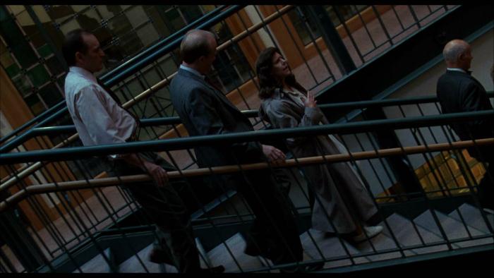 Photo tirée du film L'esprit de Caïn réalisé par Brian De Palma. Il s'agit d'un plan penché dans un escalier qui correspond à un plan séquence où l'on suite la psychiatre incarnée par Frances Sternhagen et des policiers dans un commissariat.
