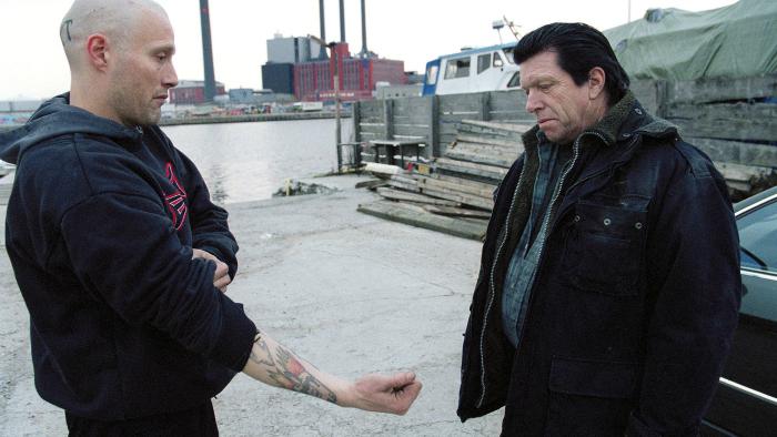 Photo tirée de Pusher II réalisé par Nicolas Winding Refn sur laquelle Tonny, interprété par Mads Mikkelsen, montre son bras à son père le Duc pour lui prouver qu'il ne prend plus d'héroïne.
