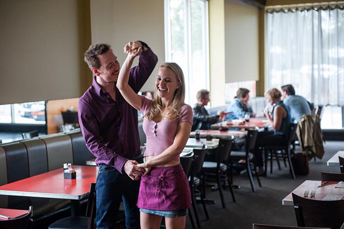 Photo de Natalie Portman et Michael Fassbender en train de danser dans un café dans Song To Song de Terrence Malick.