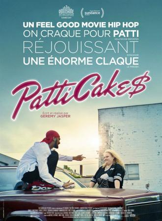 Affiche du film Patti Cake$ réalisé par Geremy Jasper. On peut voir l'héroïne s'appuyant contre sa voiture en train de rire avec son meilleur ami Jehri, qui est assis sur le capot.