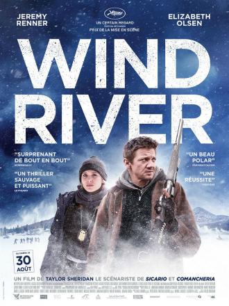 Affiche du film Wind River réalisé par Taylor Sheridan. On peut voir au centre de l'affiche les personnages d'Elizabeth Olsen et Jeremy Renner au milieu d'un territoire enneigé. Olsen porte un badge du FBI. Renner est armé d'un fusil.