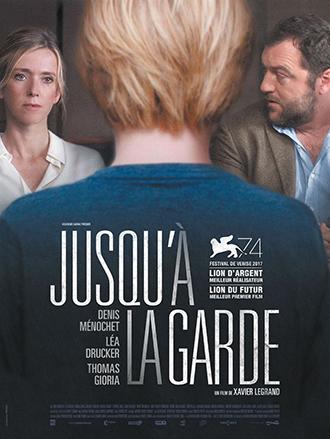Affiche de Jusqu'à la Garde, sur laquelle le jeune Thomas Gioria est de dos face à ses parents interprétés par Léa Drucker et Denis Ménochet.
