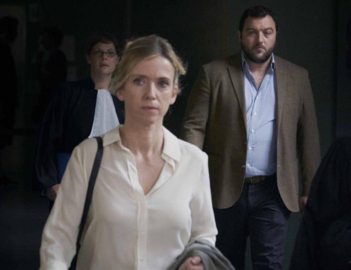 Photo de Léa Drucker et Denis Ménochet sortant du tribunal dans le film Jusqu'à la garde de Xavier Legrand.