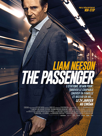 Affiche de The Passenger de Jaume Collet-Serra, sur laquelle Liam Neeson se tient armé, face à l'objectif, sur un quai où un train passe à toute vitesse.