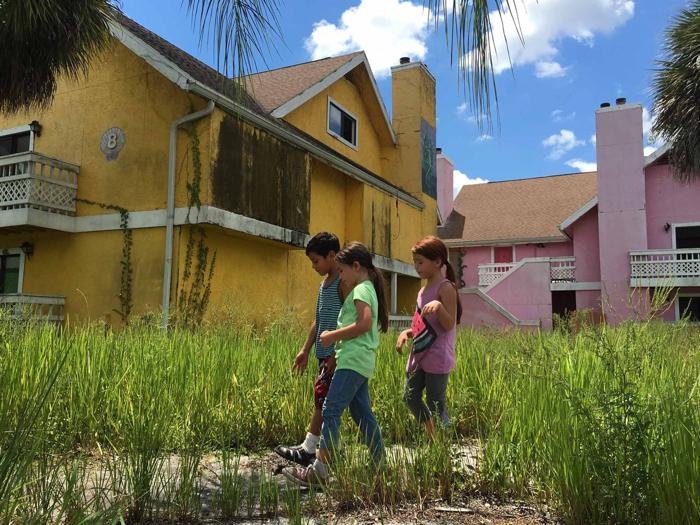 Photo tirée du film The Florida Project de Sean Baker, sur laquelle les enfants arpentent un quartier abandonné de la Floride.