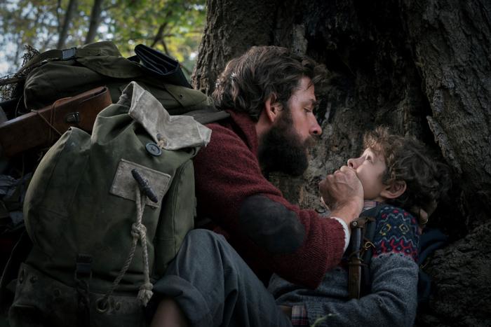 Photo tirée de Sans un Bruit de John Krasinski sur laquelle le personnage qu'il interprète retient son fils incarné par Noah Jupe de crier, dans la forêt.