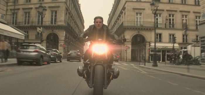Photo de Tom Cruise fonçant en moto dans les rues de Paris, tirée de Mission : Impossible - Fallout de Christopher McQuarrie.