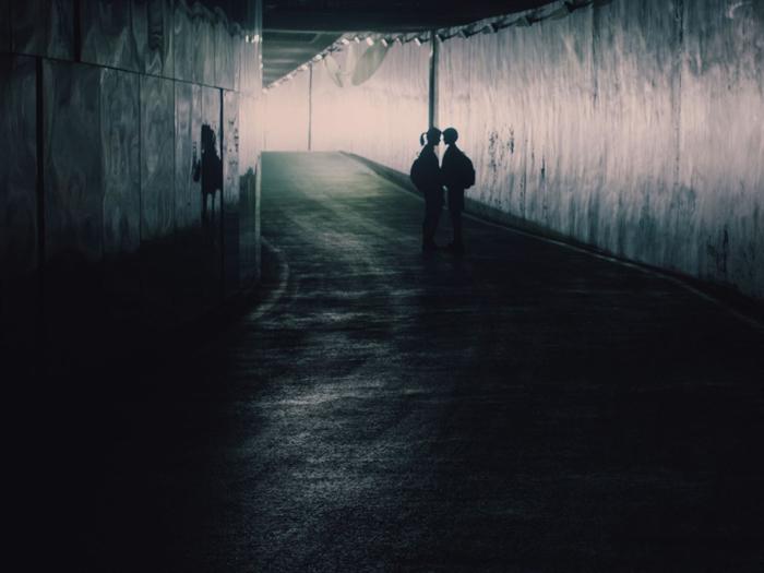 Photo tirée du film After My Death, sur laquelle deux adolescentes que l'on aperçoit de loin sont très proches l'une de l'autre dans un tunnel.