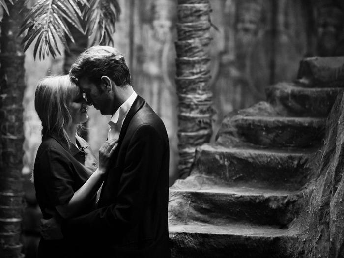 Photo tirée du film Cold War de Pawel Pawlikowski sur laquelle les deux héros du film, interprétés par Joanna Kulig et Tomasz Kot, sont très proches et s'apprêtent à s'embrasser.