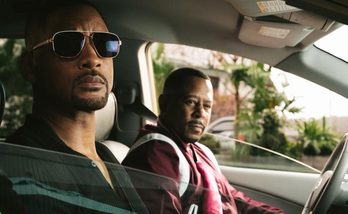Photo tirée de Bad Boys for Life, sur laquelle Martin Lawrence et Will Smith regardent à l'extérieur d'une voiture.