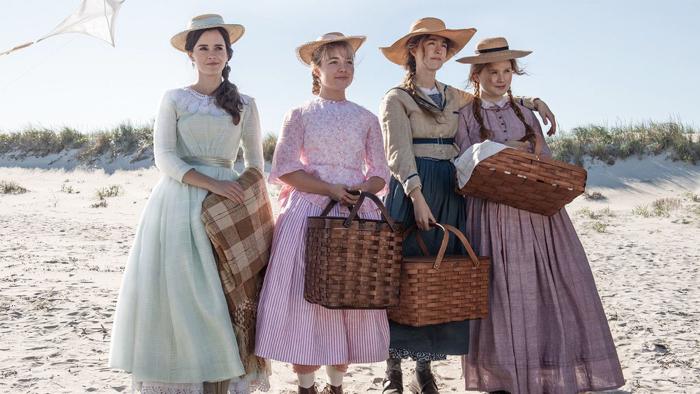 Photo tirée de Les Filles du Docteur March de Greta Gerwig, sur laquelle Meg, Amy, Jo et Beth se trouvent côte à côte sur la plage.