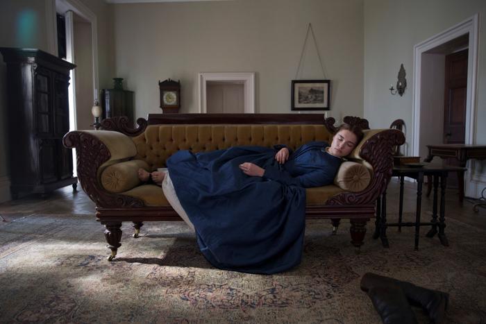 Photo tirée du film The Young Lady, sur laquelle Florence Pugh dort allongée sur un sofa, vêtue d'une robe d'époque.