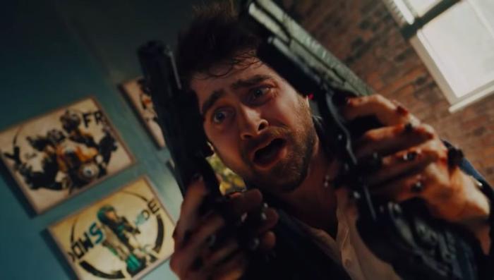 """Photo tirée de """"Guns Akimbo"""", sur laquelle Daniel Radcliffe hallucine quand il réalisé qu'il a une arme clouée à chaque main."""