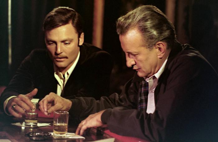 """Photo tirée du film """"Les Flics ne dorment pas la nuit"""", sur laquelle Stacy Keach et George C. Scott boivent un verre."""